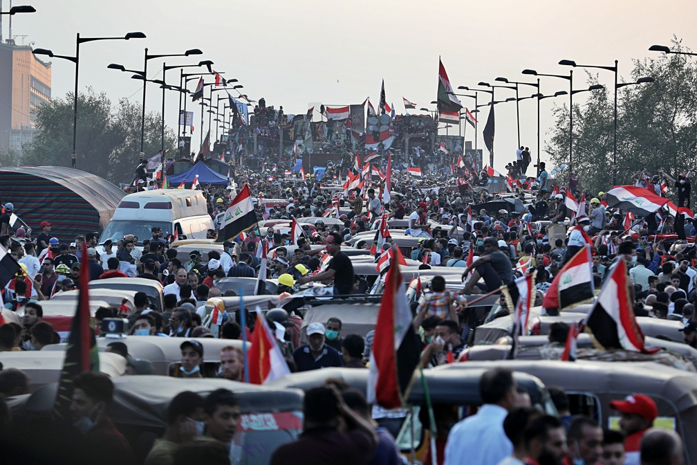 Iraqi flag protesters try to cross bridge leading to Baghdad government in protest on Sunday (3) - Photo: Khalid Mohammed / AP Photo