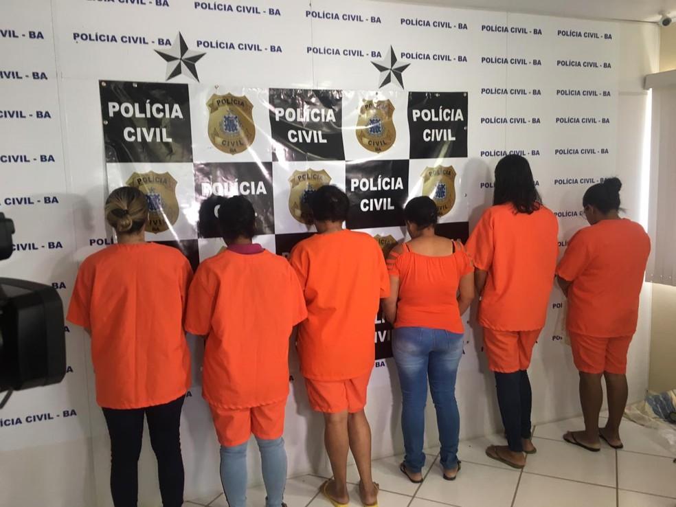 Entres os presos, sete são homens e seis mulheres. Operação Arrebatamento ocorreu nesta segunda-feira (9).  — Foto: Taísa Moura / TV Santa Cruz