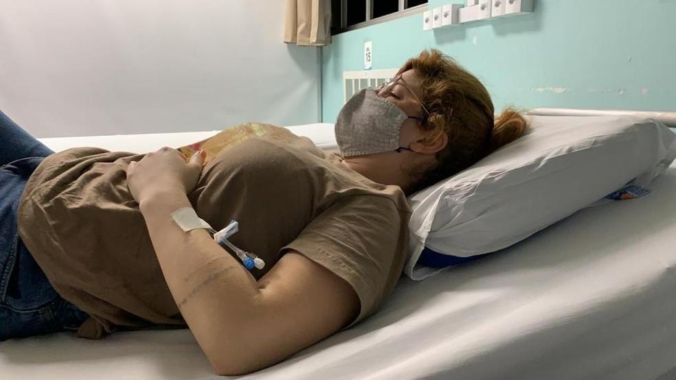 Influencer no hospital com muitas dores por causa de pedra impactada no rim — Foto: Arquivo pessoal