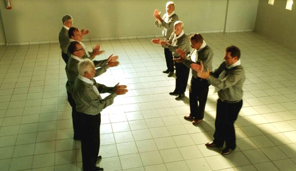 Grupo de Catira criado no bairro durante ensaio: tradição caipira preservada — Foto: TV TEM/Reprodução