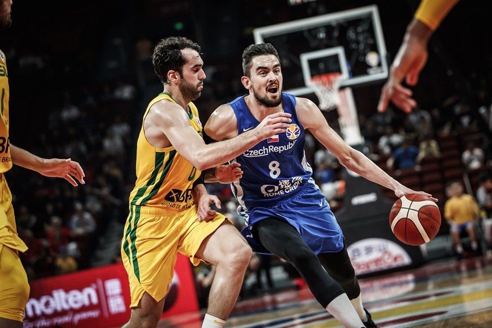 Benite não conseguiu conter o ótimo jogo dos tchecos — Foto: Divulgação / FIBA