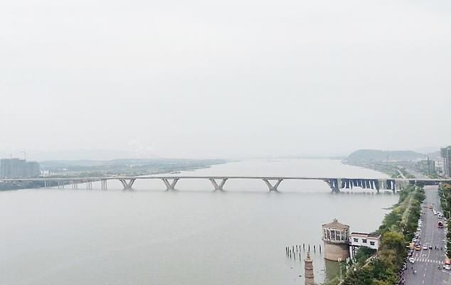 Ponte sendo demolida na China (Foto: Asia Wire/ Reprodução)