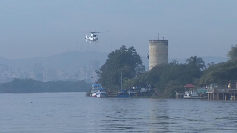 Buscas são feitas no Guaíba após homem cair de barco na Ilha da Pintada — Foto: Reprodução/RBS TV