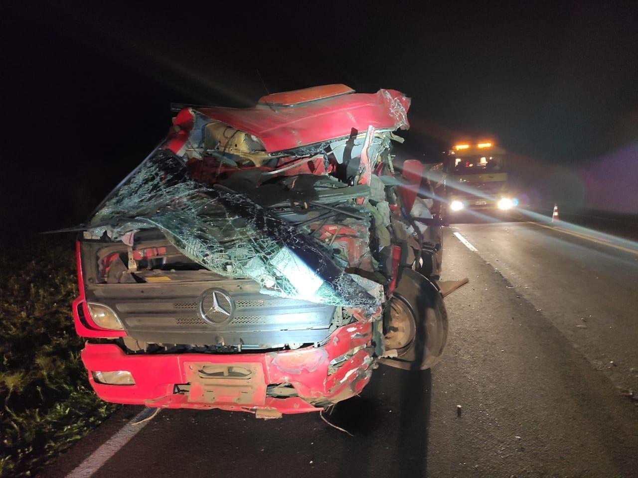 Caminhão bitrem faz ultrapassagem em local proibido e causa acidente com seis feridos em Candói, diz PRF