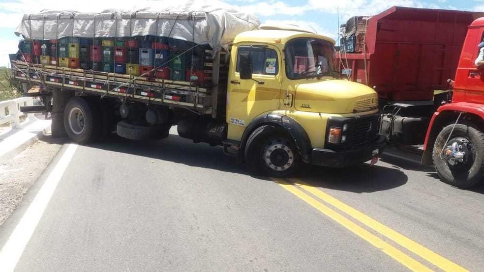 Os assaltantes conseguiram interceptar dois caminhões e atravessaram na pista para facilitar ação.  — Foto: Corpo de Bombeiros
