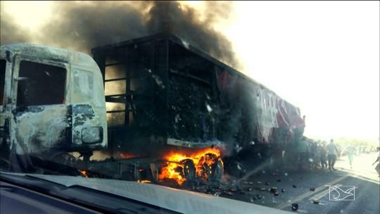 Caminhão com carregamento de bebida pega fogo na BR-135 no MA