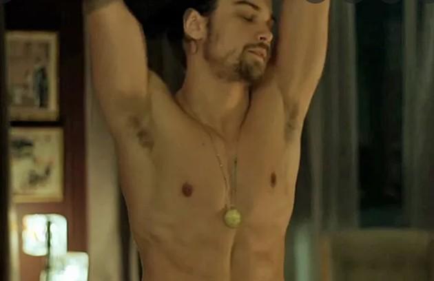 Raphael Sander fez uma cena de striptease na trama (Foto: Reprodução)