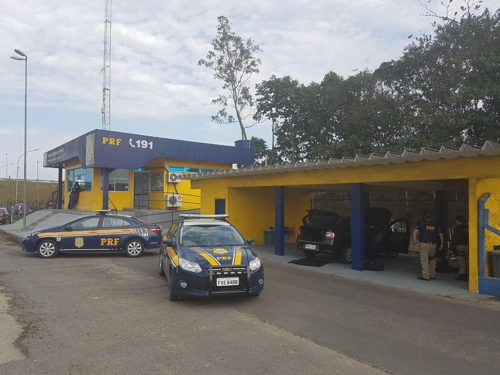 Veículo foi interceptado quando passava pelo posto da PRF  (Foto: Divulgação/Polícia Rodoviária Federal)