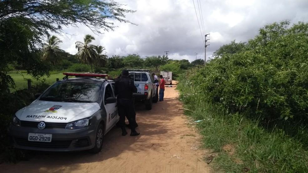 Um dos corpos encontrado no bairro Lagoa Azul, em Natal, estava em uma estrada de barro (Foto: Ediana Miralha/Inter TV Cabugi)