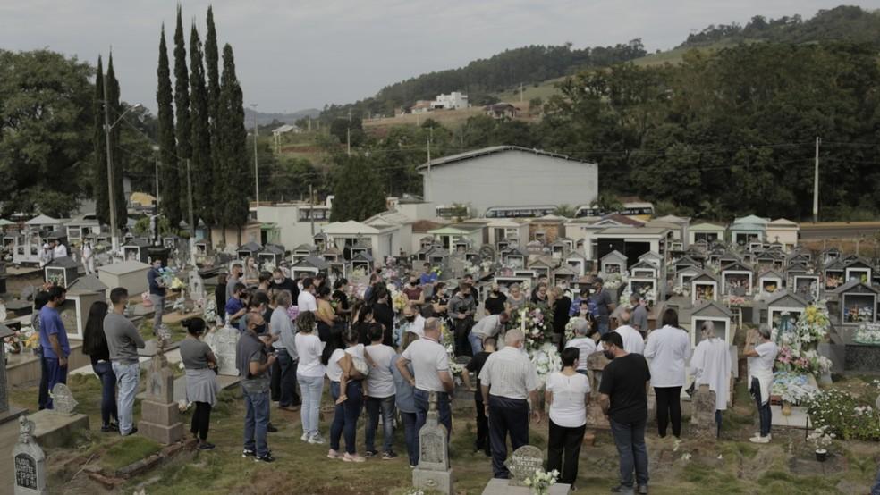 Velório e enterro foram coletivos em Saudades na quarta-feira (5) — Foto: Sirli Freitas/ NSC TV