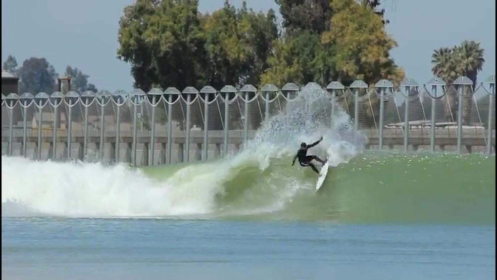 Ian Gouveia curte ondas perfeitas na piscina de Kelly Slater (Foto: Reprodução)