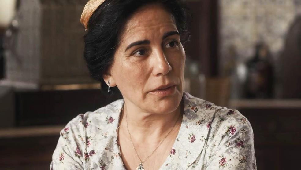 Lola (Gloria Pires) ouve com atenção plano de Afonso (Cássio Gabus Mendes) — Foto: Globo