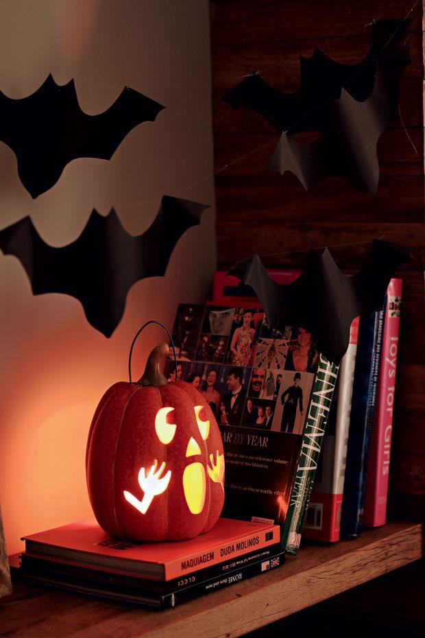 Para entrar no clima, morcegos de papel voam sobre a lanterna em forma de abóbora (Foto: Rogério Voltan/Editora Globo)