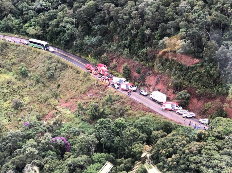 Corpo de Bombeiros e Samu fazem resgate de vítimas que estavam em ônibus que caiu em ribanceira nesta segunda-feira (8), em Ouro Preto — Foto: Cristiane Leite/ TV Globo