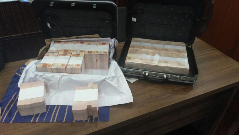 Malas com dinheiro falso foram apreendidas no apartamento de um dos investigados (Foto: Kaique Dias/ CBN Vitória)