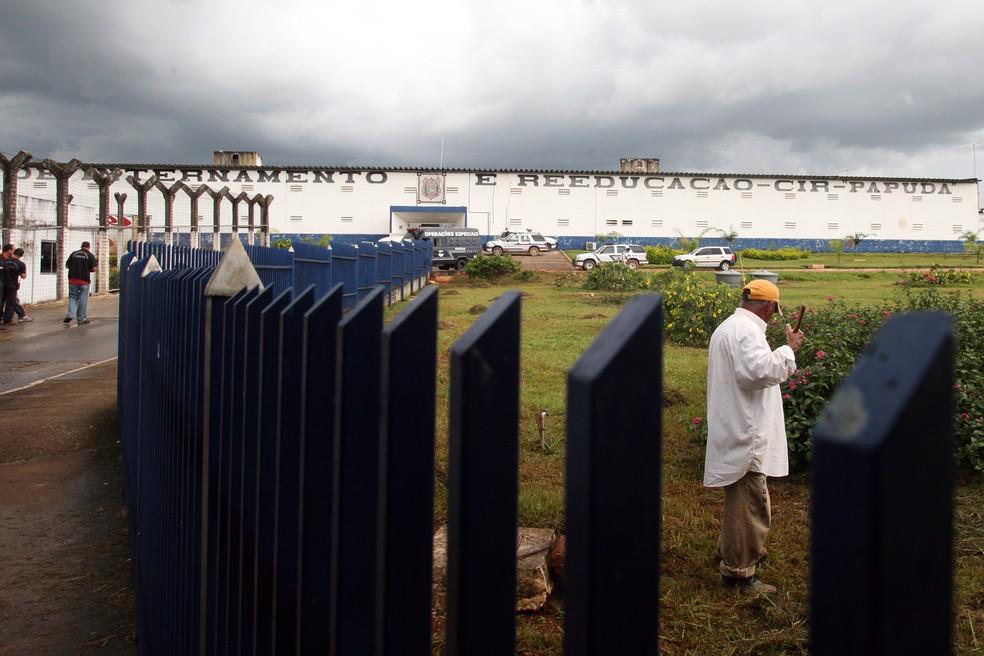 Funcionário cuida de gramado em frente a Papuda, em Brasília — Foto: Gláucio Dettmar/CNJ/Divulgação