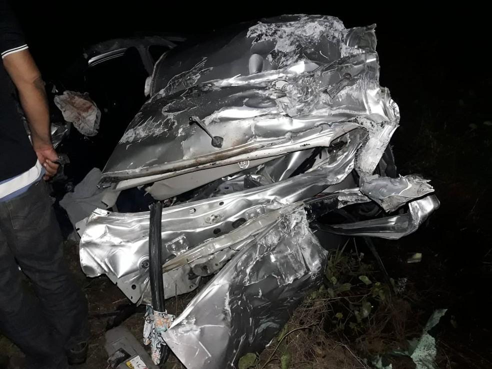 O veículo ficou destruído com a força do impacto (Foto: Divulgação/ PRF)