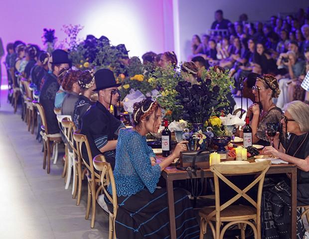 Ronaldo Fraga convidou todos para um banquete ao final do seu desfile no SPFW (Foto: Imaxtree)