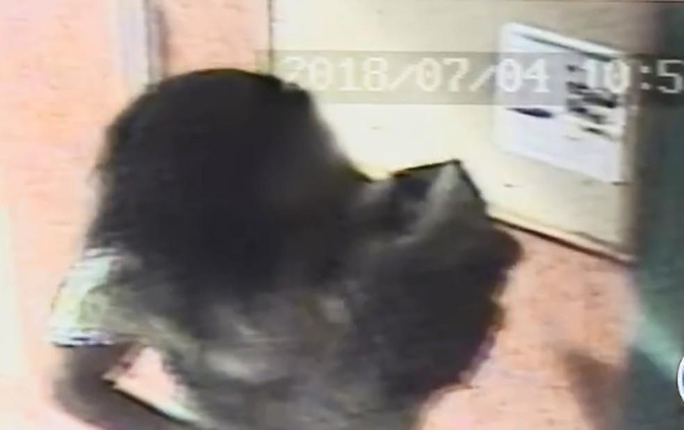 A suspeita foi descoberta pela polícia após tentar registrar o bebê e não conseguir comprovar a maternidade (Foto: Reprodução/TV Globo)