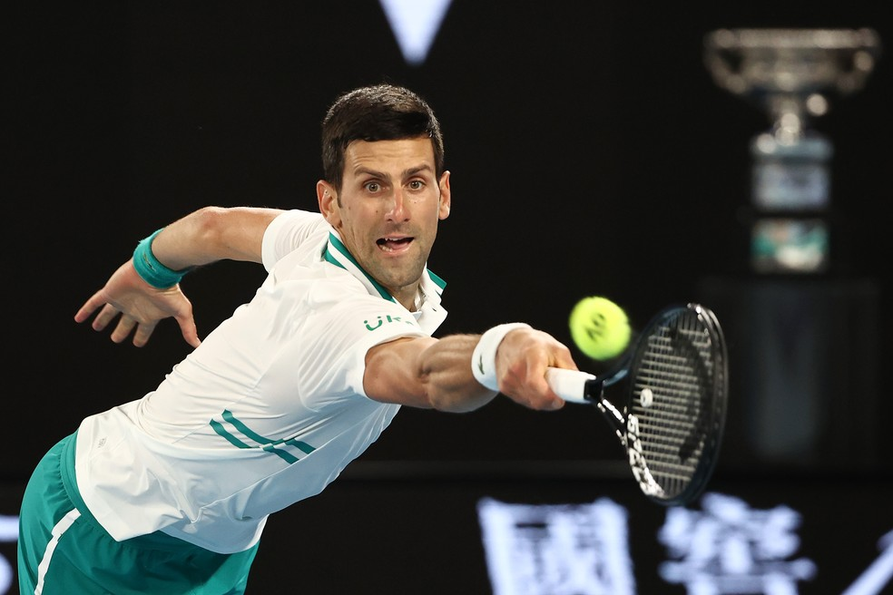 Novak Djokovic se estica todo na final contra Daniil Medvedev — Foto: Getty Images