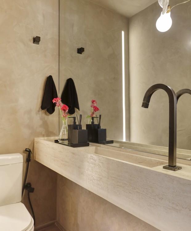 O lavabo ganhou paleta neutra com as paredes acompanhando o mesmo tom do travertino da bancada  (Foto: Denilson Machado/MCA Estúdio/Produção: Aldi Flosi)