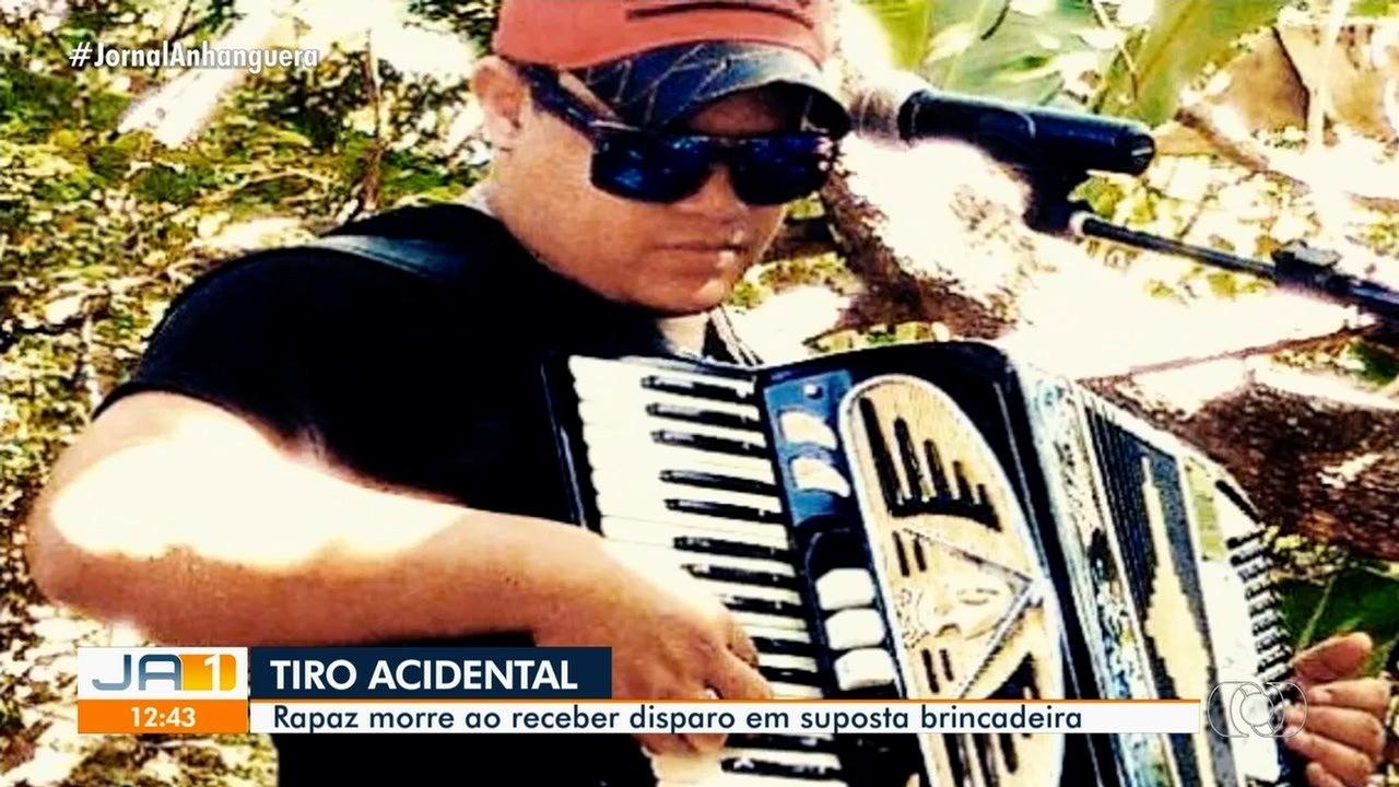Cantor sertanejo morre com tiro na cabeça disparado acidentalmente por amigo, em Goiânia