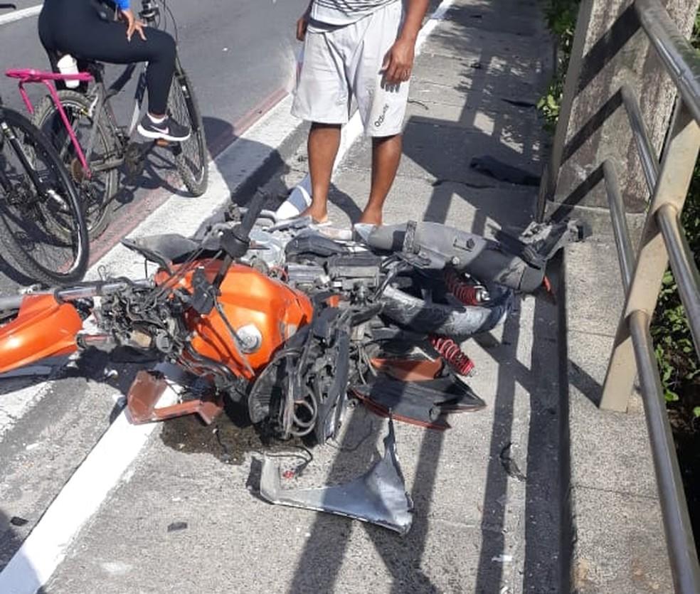 Acidente na Zona Sul do Recife deixou moto destruída — Foto: Reprodução/WhatsApp