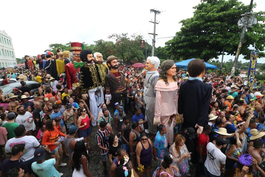 Bonecos gigantes desfilam no Sítio Histórico de Olinda — Foto: Aldo Carneiro/Pernambuco Press