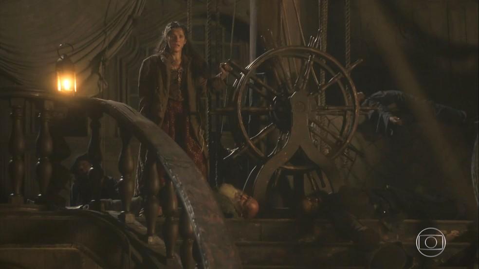 Apesar de ter dopado os piratas e estar no comado do navio, Elvira (Ingrid Guimarães) não consegue mudar o rumo da embarcação, em 'Novo Mundo' — Foto: TV Globo