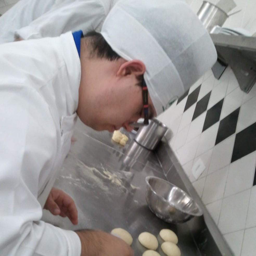 Guilherme prepara prato em restaurante em Pinheiros. (Foto: Arquivo pessoal)