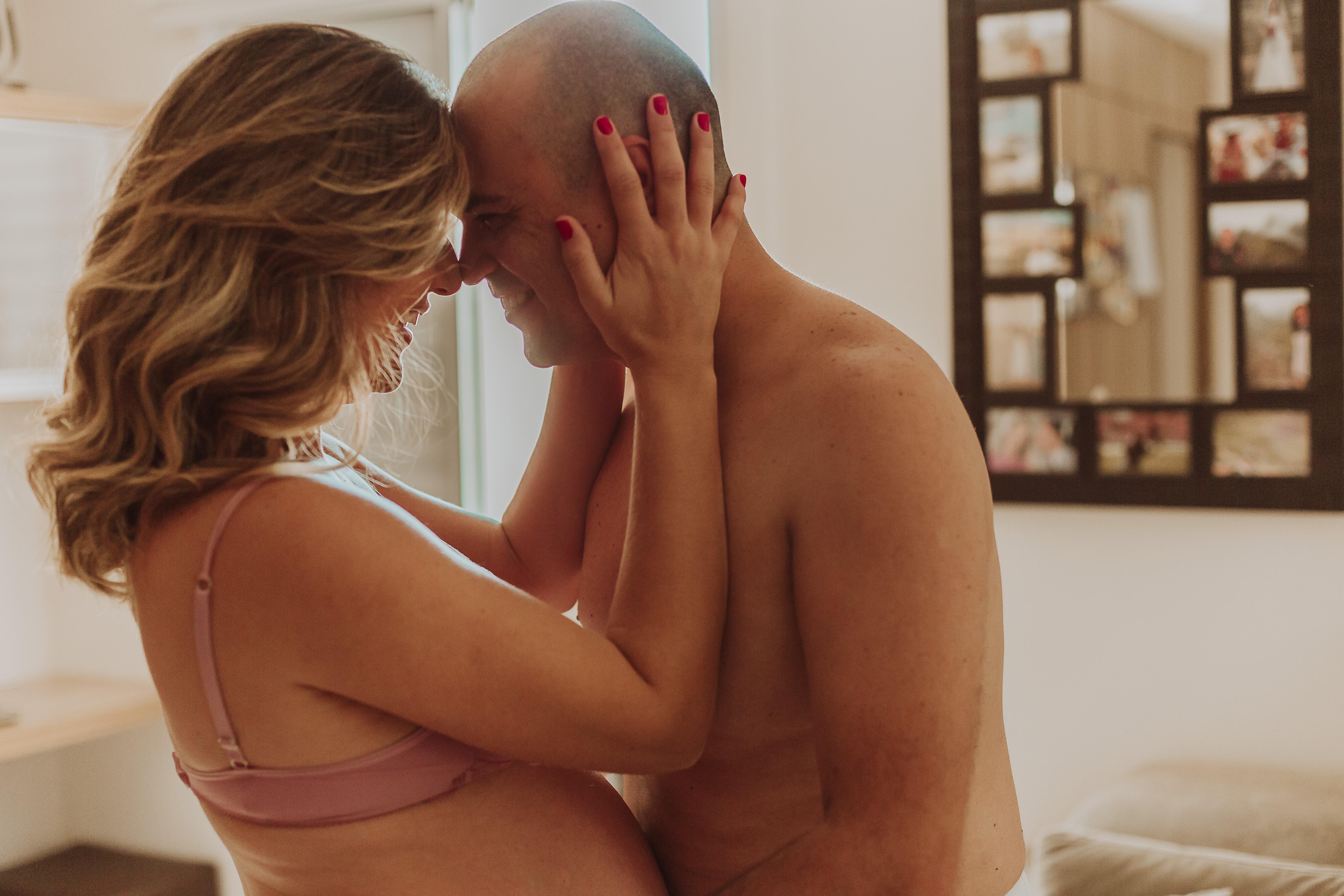 Carolina fez um ensaio fotográfico com o marido durante a gestação (Foto: Jackei Goulart)