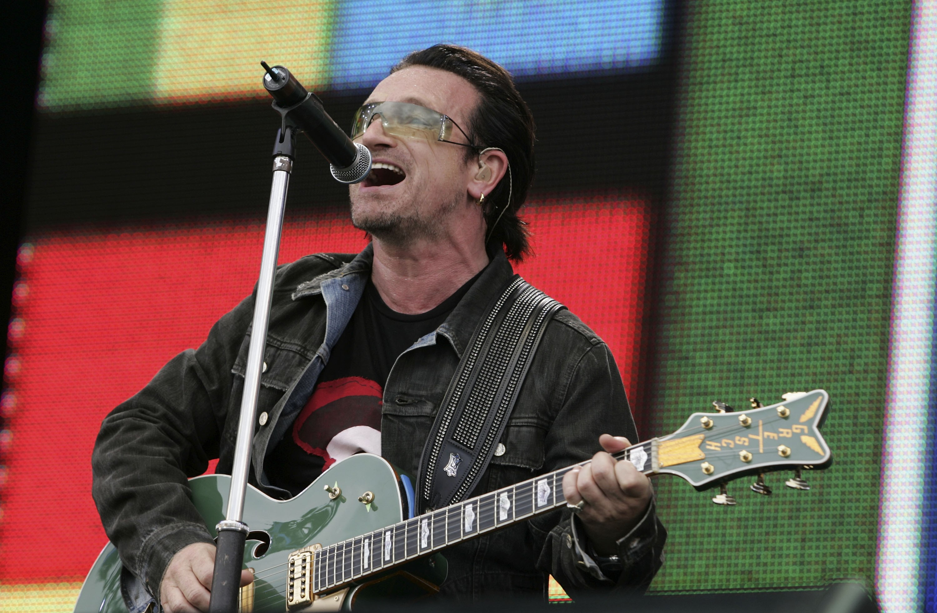 O músico Bono Vox durante um show do U2 (Foto: Getty Images)