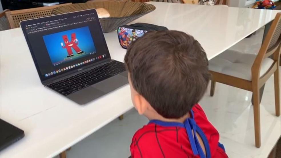 Criança tem aulas on-line durante a pandemia — Foto: Reprodução/ TV Gazeta