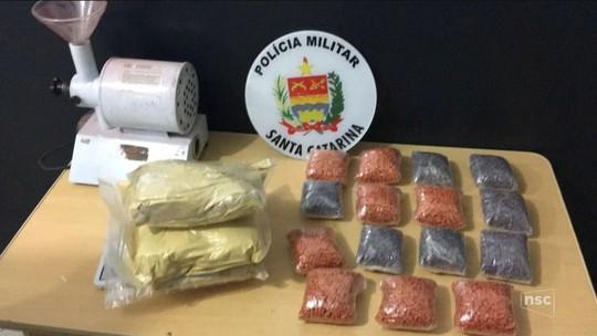 Polícia encontra laboratório de fabricação de ecstasy, apreende 16 mil comprimidos e prende suspeito em SC