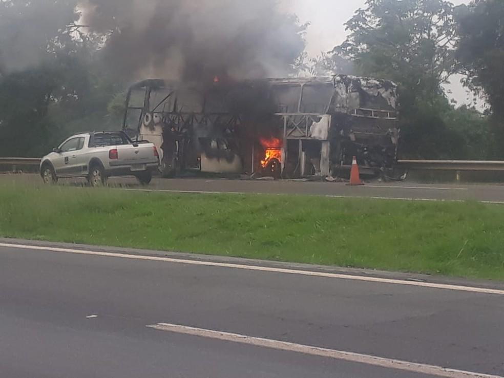 Incêndio destruiu o ônibus em Lençóis Paulista — Foto: Antônio Carlos Teixeira dos Santos/ Arquivo pessoal