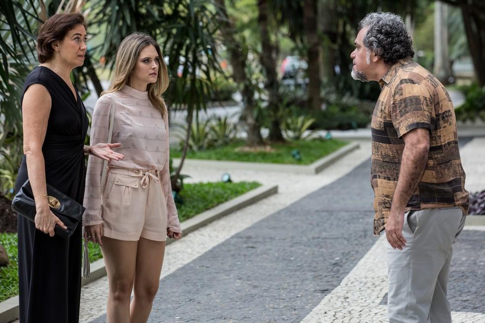 Em 'A Força do Querer', agiota aborda Silvana (Lilia Cabral), quando ela está chegando em casa com a filha, Simone (Juliana Paiva) — Foto: Fábio Rocha/Gshow