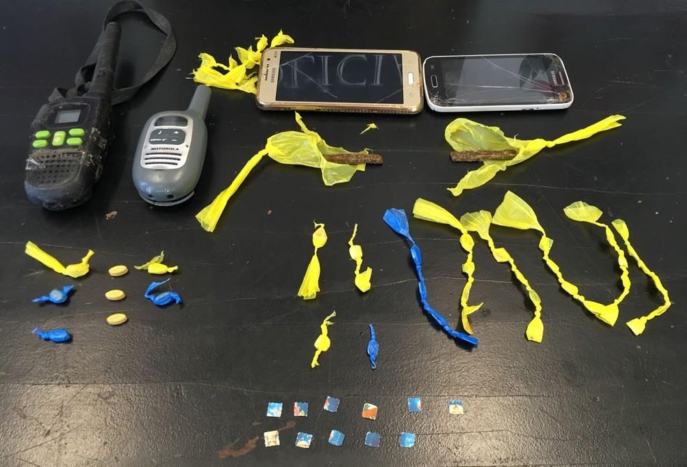 Drogas sintéticas e rádios também foram apreendidos pela Polícia Civil (Foto: Divulgação/Polícia Civil)