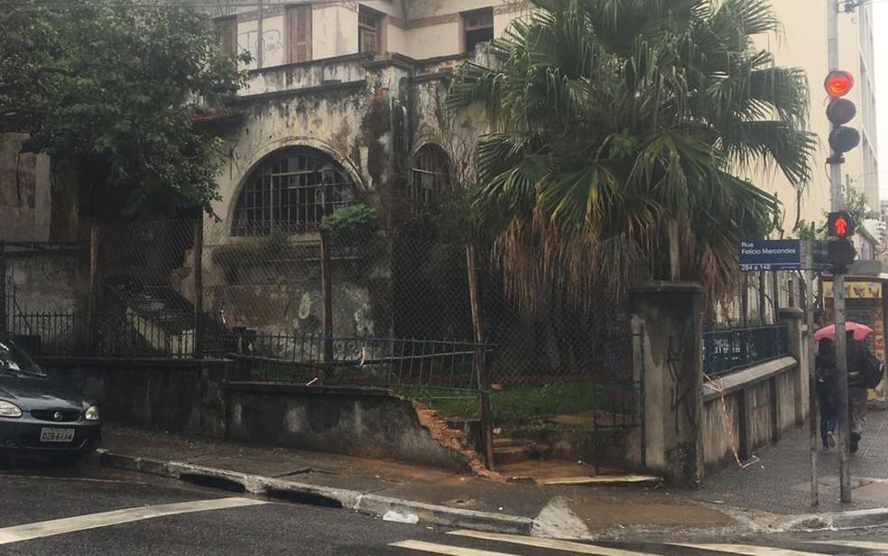 G1 visitou nesta sexta-feira (17) o local onde o motorista de um carro atacou travestis em Guarulhos. Parte do muro foi danificada com a colisão — Foto: Tatiana Santiago/G1
