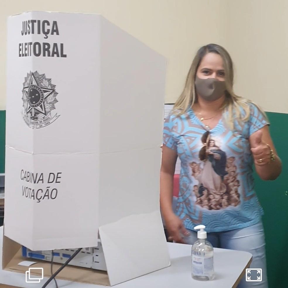 Candidata delegada Thatianne votando em Palmeirina — Foto: Assessoria/Foto