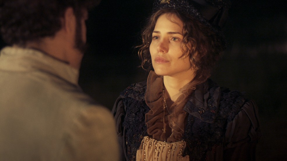 Leopoldina (Letícia Colin) fica tocada com as palavras de Dom Pedro (Caio Castro), em 'Novo Mundo' — Foto: TV Globo