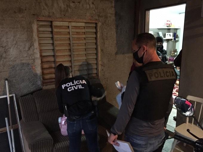 Presos suspeitos de ameaçar comerciante e a família dele em troca de dinheiro em Porto Alegre