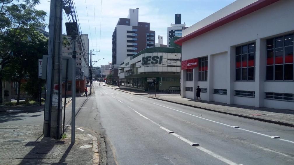 CRICIÚMA -  Moradores tem respeitado quarentena no Sul do estado; rua vazia no Centro de Criciúma nesta quinta (26) — Foto: Renata Rocha/NSC TV