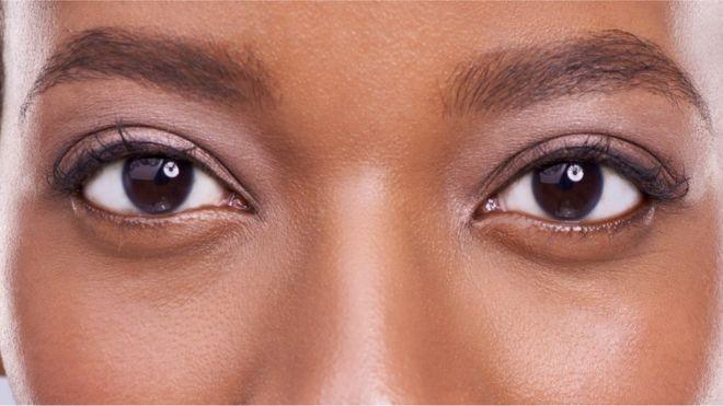 O olho no olho prende a nossa atenção e nos torna menos conscientes do que se passa ao nosso redor (Foto: PEOPLEIMAGES/GETTY IMAGES via BBC)