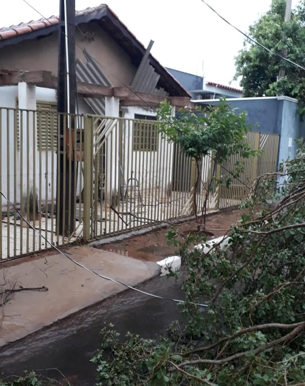 Telhados caíram com temporal em Narandiba — Foto: Lauro Barbosa/Cedida