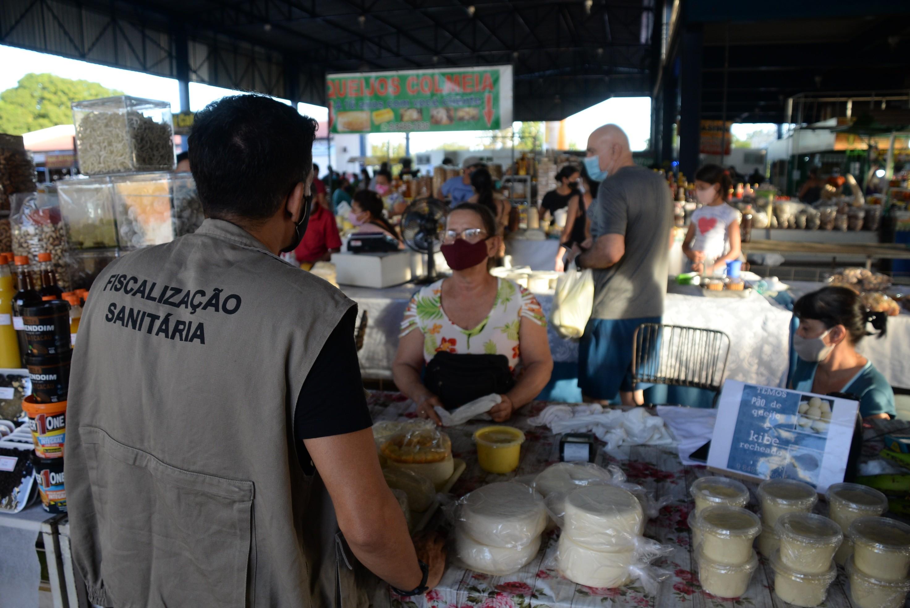 Vigilância Sanitária faz fiscalização e encontra aglomerações na feira do centro de Palmas