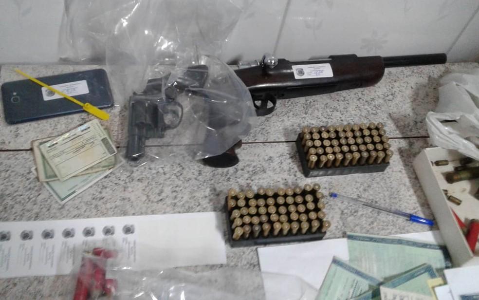 Armas, munições e documentos apreendidos pela PF em São Paulo (Foto: Divulgação/DPF)