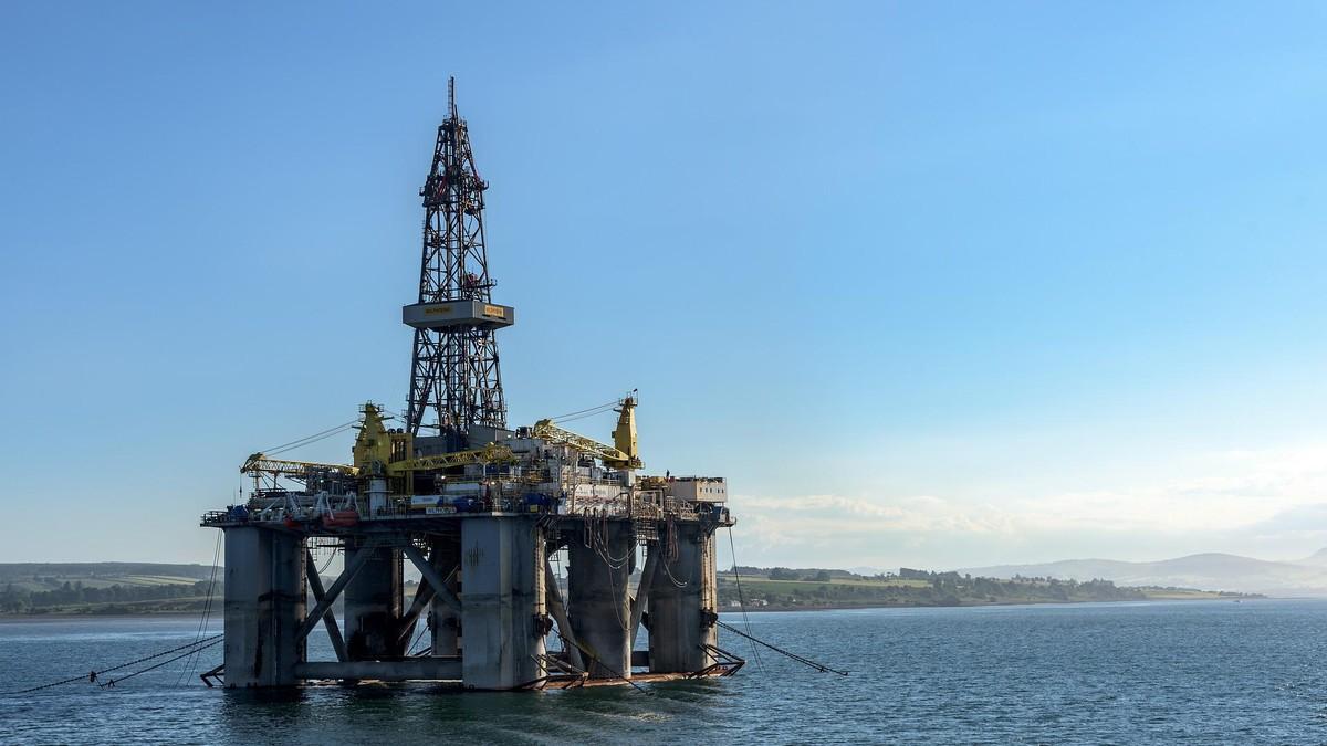 Petróleo é negociado em alta com crise de energia no foco do investidor