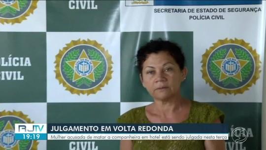 Mulher acusada de matar a companheira em hotel é julgada em Volta Redonda