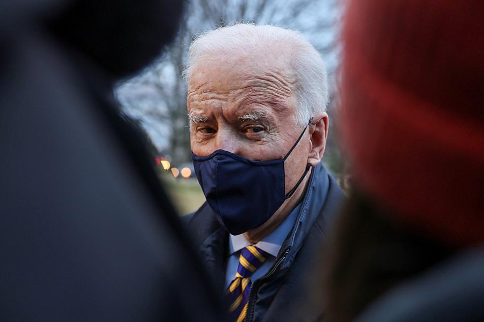 Imagem de Joe Biden no jardim da Casa Branca, em 16 de fevereiro de 2021 — Foto: Jonathan Ernst/Reuters