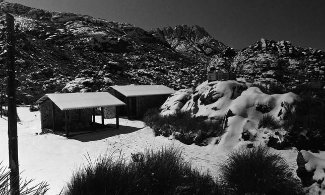 Abrigo coberto de neve no Parque de Itatiaia, em 1985